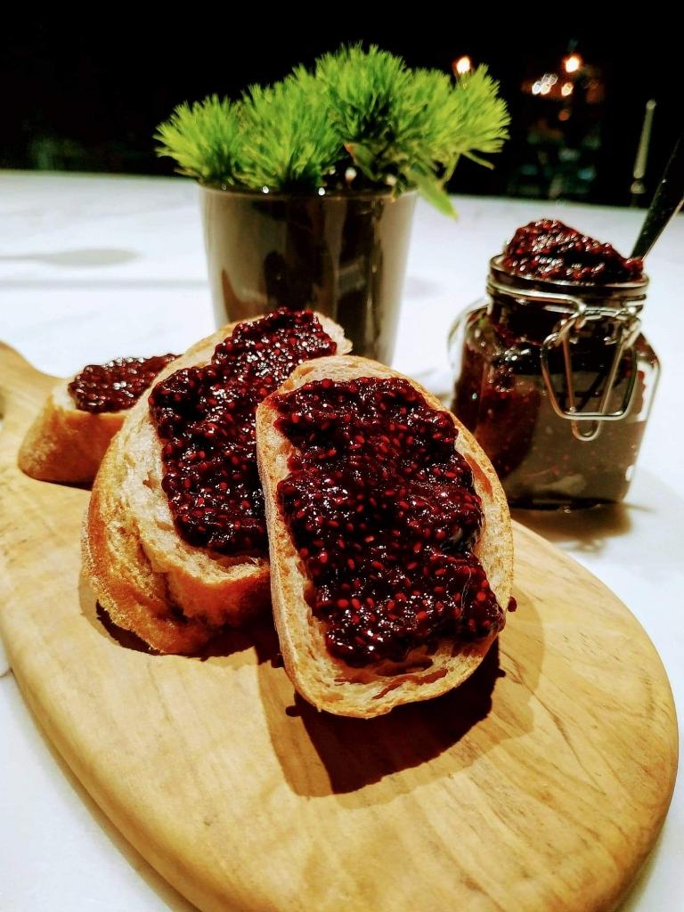Domaća marmelada od chia sjemenki i višanja