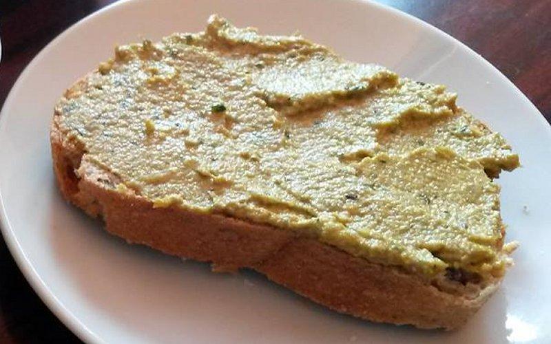 namaz od suncokretovih sjemenki na kruhu