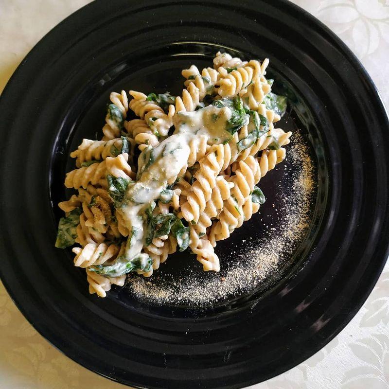tjestenina sa špinatom i veganskim Alfredo umakom